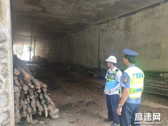 广西南宁高速公路大新大队联合运营公司开展桥涵通道专项清理行动