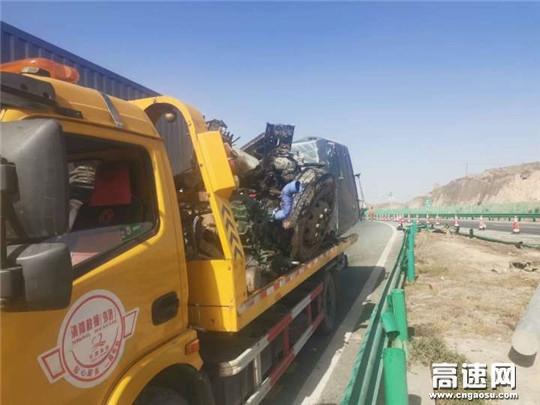 甘肃高速武威清障救援大队快速处置一起半挂车侧翻事故