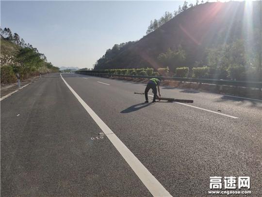 广西高速路政玉林分中心博白大队营造安全畅通高速行车环境