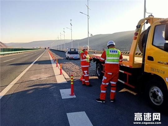甘肃高速武威清障救援大队快速处置一辆失控车辆