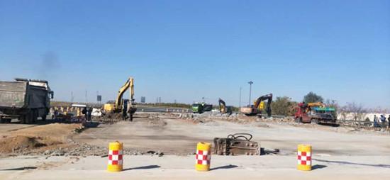 河北沧廊(京沪)高速开发区收费站原收费大棚实体全部拆除、新收费大棚入口车道开通试运行