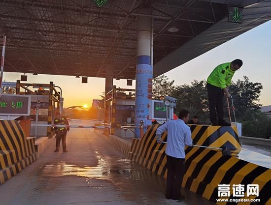 甘肃高速罗汉洞收费站开展路域环境整治工作
