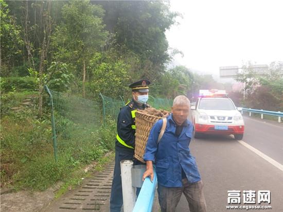 贵州遵义高速公路赤水路政执法大队路政员及时制止一起行人上高速事件