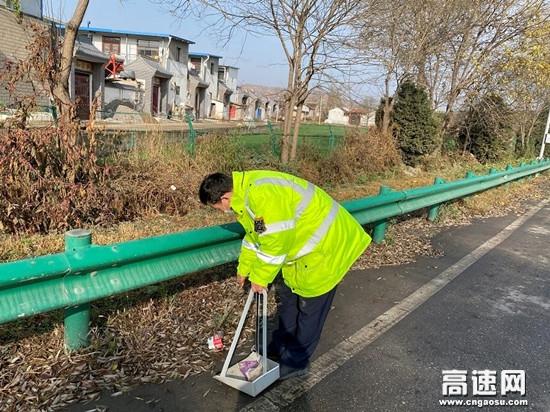甘肃高速泾川所长庆桥收费站开展塑料污染治理