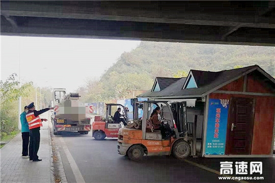 湖北高速路政汉十支队第四大队加强路域环境整治依法拆除桥下违建