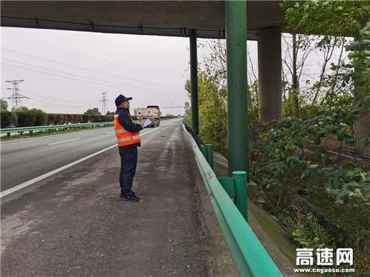 湖北高速路政汉十支队武荆第一大队开展公路限高限宽设施和检查卡点专项整治