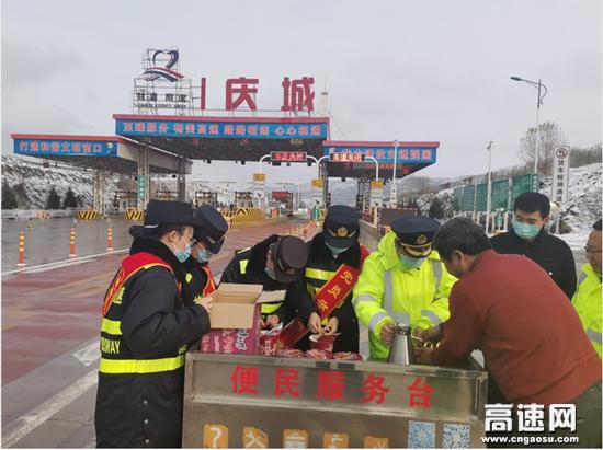 甘肃高速庆城收费站雪中送餐暖人心