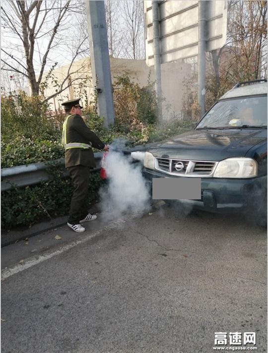 河北沧州姚官屯收费站遇车辆突然着火志愿者奋力扑救