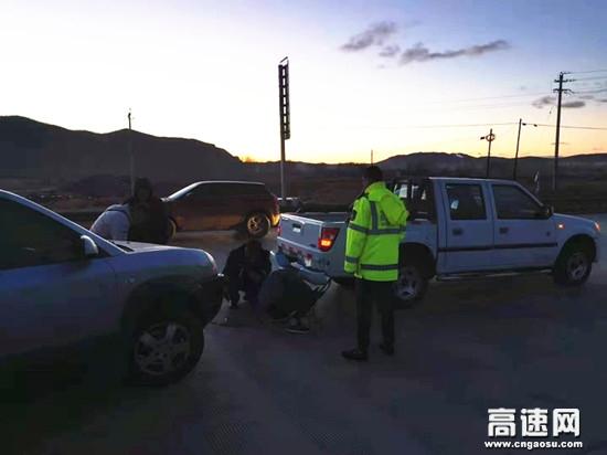 内蒙古公路蘑菇气南收费所真情服务暖人心帮助司机修车排故障