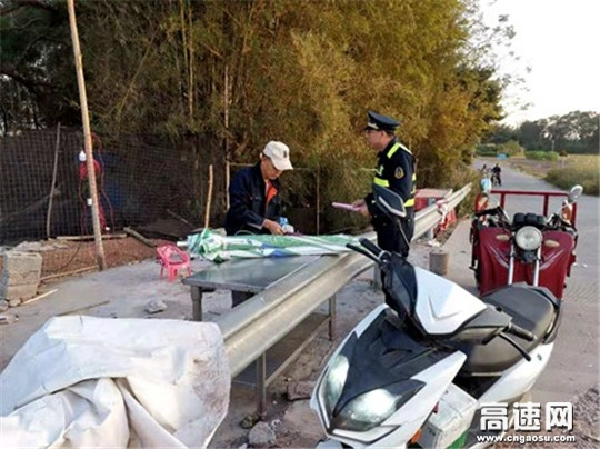 广西高速公路发展中心玉林分中心平南路政大队积极开展下乡宣传工作
