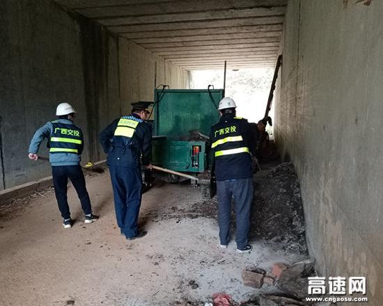 广西南宁高速公路大新大队持续开展桥涵专项清理行动