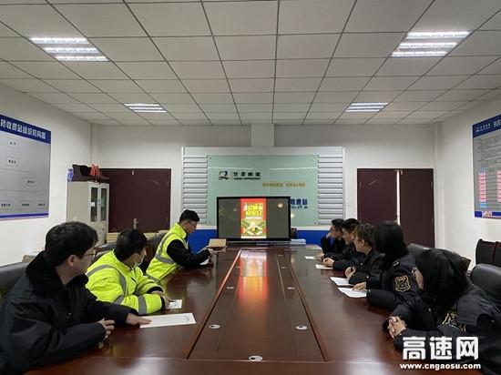 甘肃高速泾川所长庆桥收费站开展全国交通安全日宣传活动