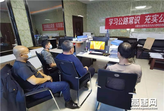 内蒙古公投阿拉坦额莫勒公路养护管理所开展组织职工开展宪法宣传月活动