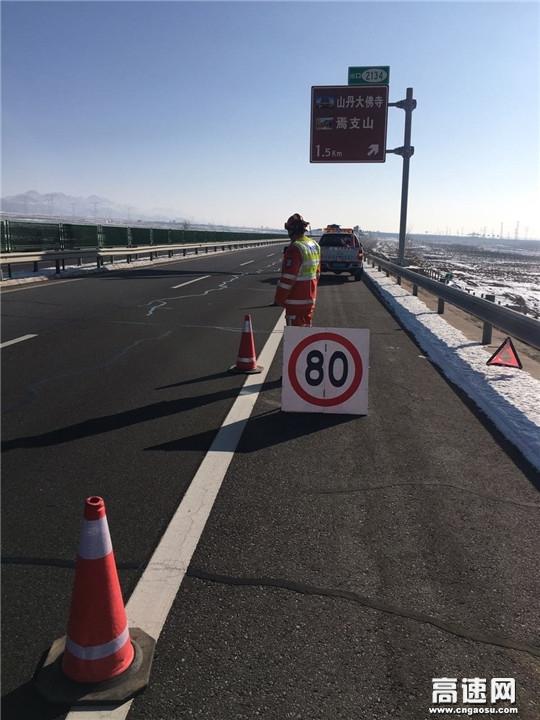甘肃高速武威救援大队快速处置一起侧翻事故