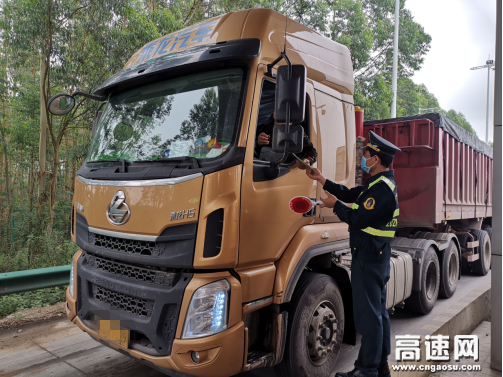 """广西玉林高速公路博白大队开展""""携手防疫抗艾 共担健康责任""""宣传活动"""