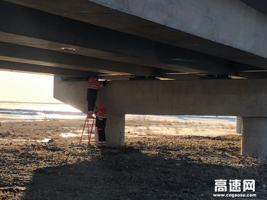 内蒙古拉坦额莫勒公路养护管理所对管养路段进行经常性巡查