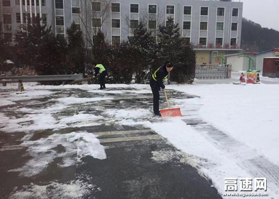 甘肃宝天高速利桥收费站做好防雪防滑保通保畅工作