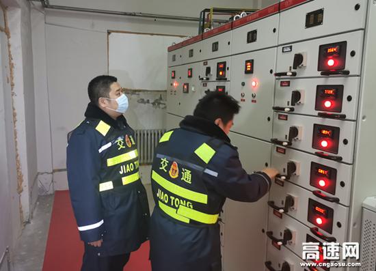 内蒙古公路霍尔奇收费所开展夜间安全巡查工作