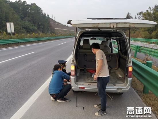 """广西玉林高速公路陆川一大队在冬日里为路遇困难面包车送上""""一米阳光"""""""