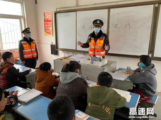 湖北高速路政汉十支队第六大队法治课堂进校园这个寒冬有点儿暖