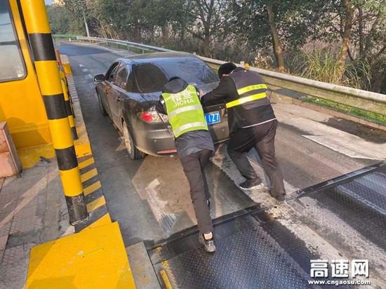 """湖南现代投资长沙分公司广福收费站的""""推车侠"""""""