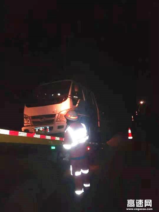 甘肃高速武威清障救援大队快速处置一辆故障车辆