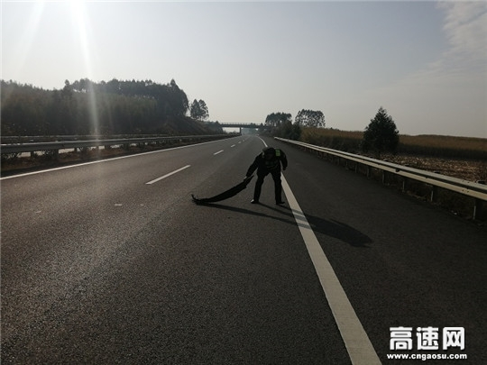 """广西壮族自治区高速公路发展中心柳州分中心象州路政一大队细节彰显""""阳光路政"""""""