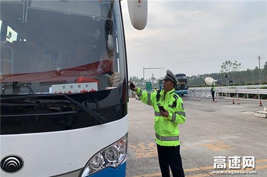 广西高速交警十三大队圆满完成2021年元旦期间道路交通安保任务
