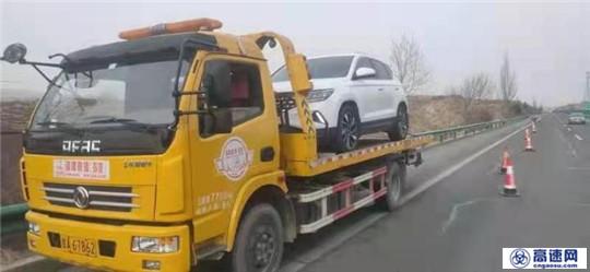 甘肃武威清障救援大队快速处置一起小车撞护栏事故