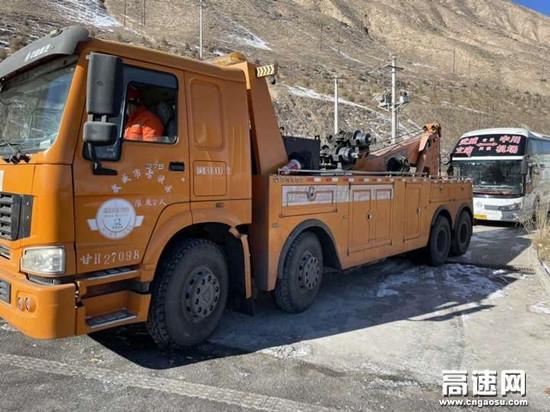 甘肃高速武威清障救援大队快速处置故障大客车