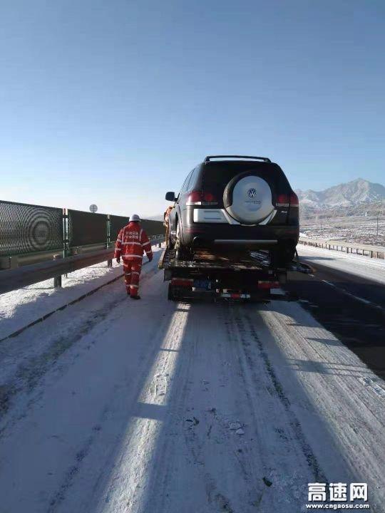 甘肃高速武威清障救援大队紧急处置一起两车追尾事故