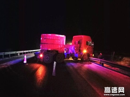 甘肃高速武威救援大队快速处置一起半挂车撞护栏事故