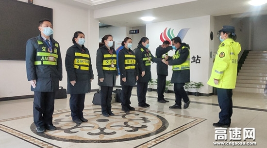 湖南现代投资长沙分公司黄花收费站春运保畅 情暖旅途