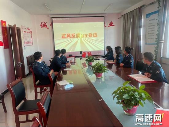 内蒙古阿荣旗北通行费收费所组织观看《正风反腐就在身边》专题片