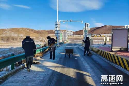 内蒙古:中和通行费收费所开展节前大扫除 擦亮窗口迎新春