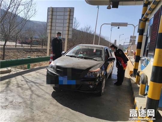 甘肃高速庆城所老城收费站情满旅途暖人心积极为过往司乘人员提供便民服务