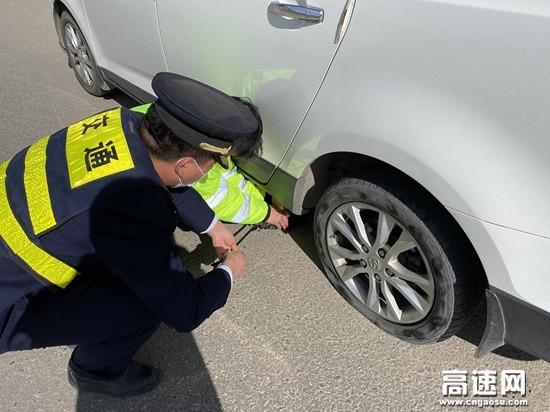 甘肃高速泾川所长庆桥收费站帮助 司乘人员修理车辆做好便民服务工作