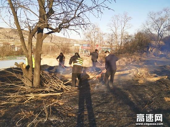 甘肃高速泾川西收费站迅速出击协助村民扑灭山火