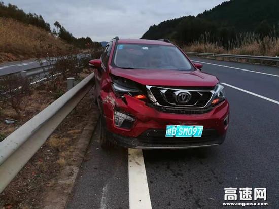 大年夜一辆轿车在柳北高速上突然失控车上还有孩子