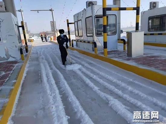 """内蒙古阿荣旗南收费所以雪为令开展""""除雪保畅大行动"""""""