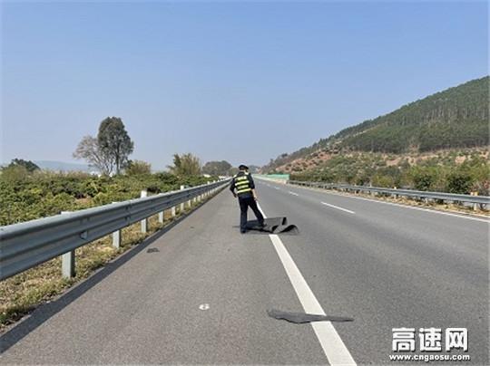 广西高速发展中心玉林分中心平南路政人员及时清理路面垃圾排除隐患