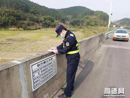 广西百色高速公路平果路政执法二大队强化措施做好春运后半程公路安全保畅工作