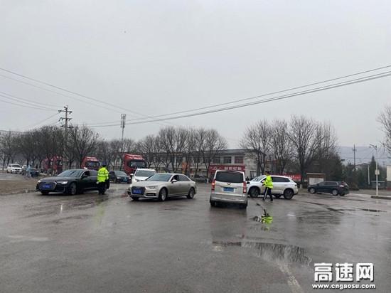甘肃高速泾川所长庆桥收费站雨天分流保通保畅