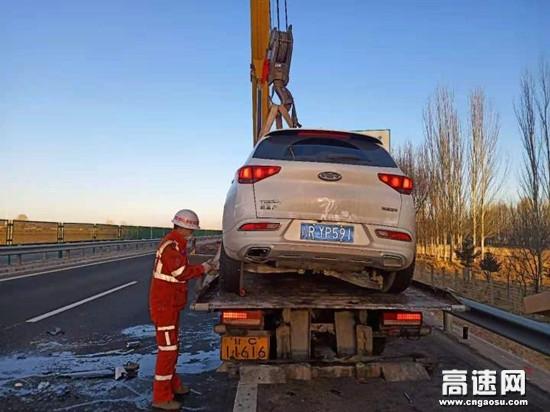 甘肃高速武威清障救援大队妥善处置一起车辆侧翻事故