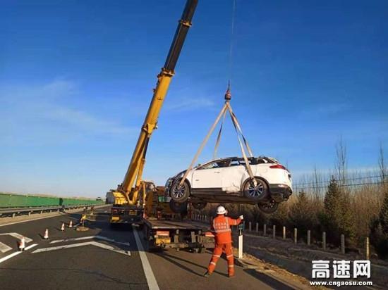 甘肃武威清障救援大队妥善处置一起小车侧翻路基事故