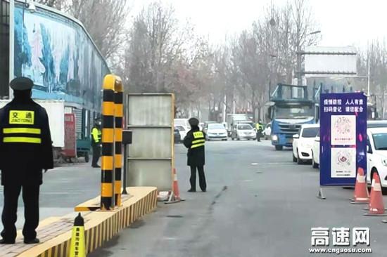 河北保沧公司朝阳路站协助站口安检人员全力保畅