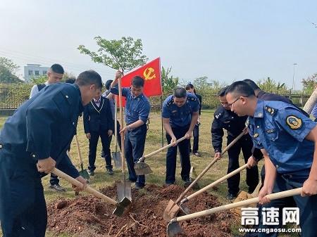 """广西玉林高速公路""""警路企""""携手开展""""3�B12植树节""""活动"""