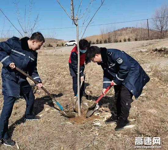 """内蒙古公投查巴奇收费所组织开展""""参与植树造林 共建绿色家园""""植树节活动"""