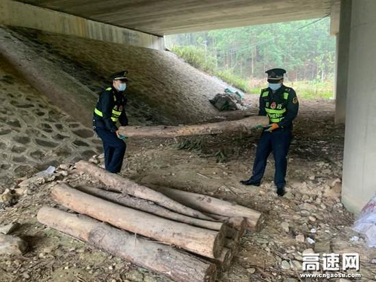 """广西高速公路百色分中心平果路政执法二大队""""路企""""联合清理桥涵堆积物 保障高速公路安全"""