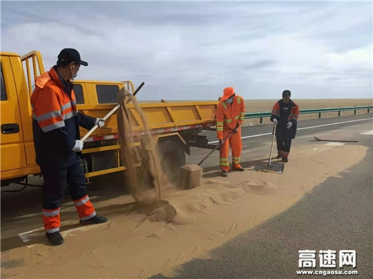 内蒙古公投阿拉坦额莫勒公路养护管理所整装上阵全力恢复道路安全畅通